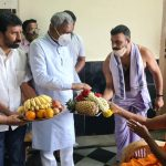 Minister Somashekar seeks blessings of Pejawar seer in city